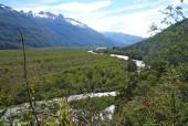 El valle y río Leones desde la altura en sector de cuestas