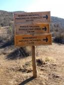 Letrero con distancias a áreas protegidas