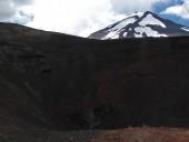 Vista del cráter con el Lonquimay de fondo
