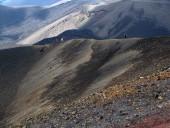Avanzando por el borde del cráter
