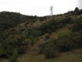 Torre de alta tensión en el filo