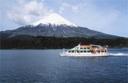 Junto al catamarán en el lago Todos los Santos