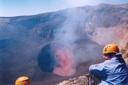 Volcan con crater activo