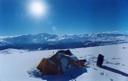 Campamento nevado en la mañana