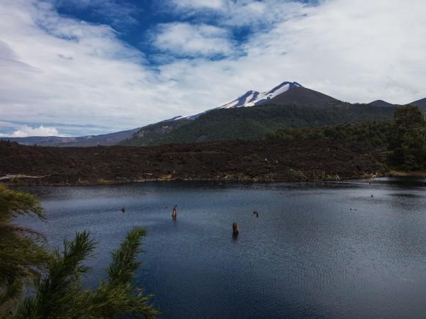 Laguna Arcoiris y Volcán llaima