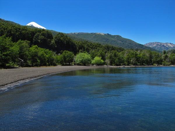 Vista al Lanín desde la orilla del lago Paimún