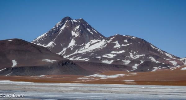 Volcan Pili desde Salar de Pujsa