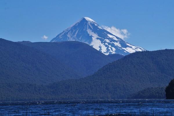 Lanín desde el lago Quillén