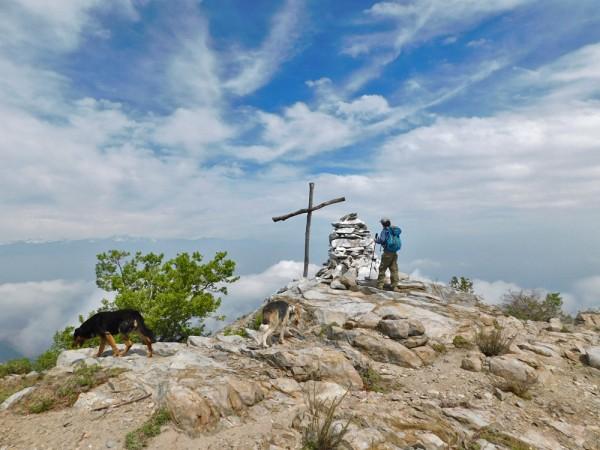 Cruz cercana a la cumbre