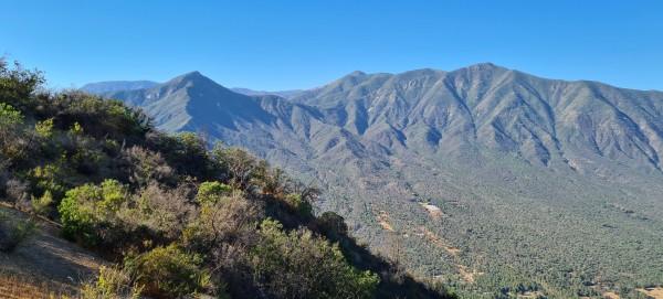 Vista desde la cumbre a Cerro El Chivato y LLivi