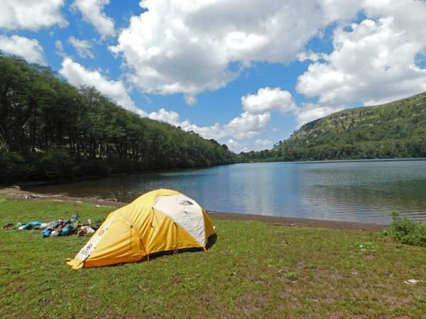 Campamento junto a la laguna