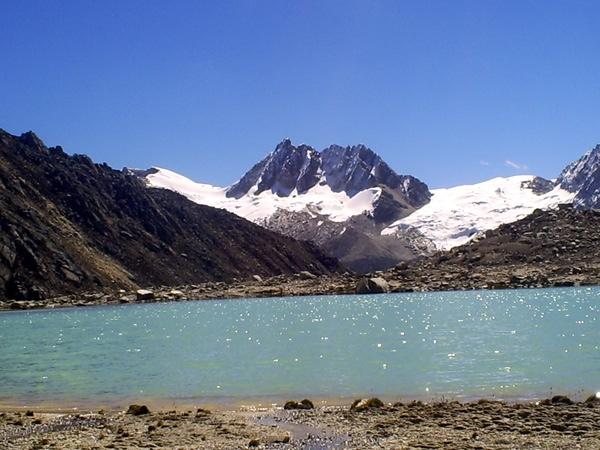 Urus Central desde la Laguna Ishinca.
