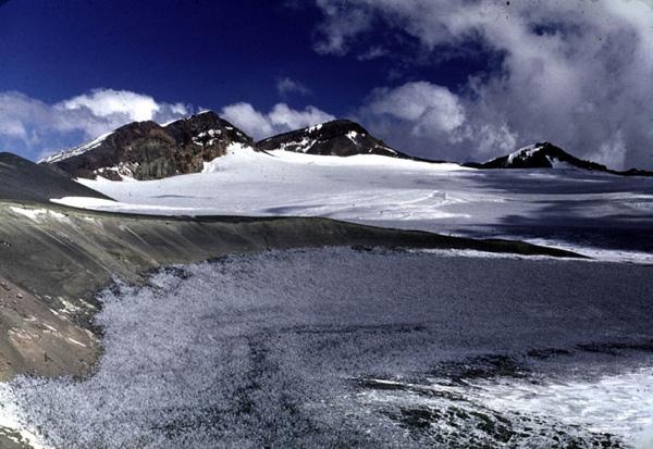Punta Meier y Nevado Sin Nombre desde la cumbre del Tupungatito