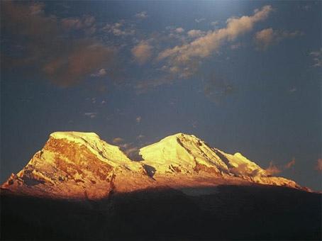 Puesta de sol sobre el Huascaran desde el pueblo de Yungay