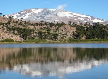 Volcán Copahue y laguna Escondida.